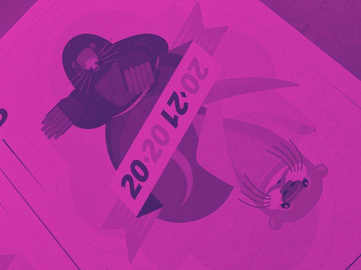 Postkarte mit einem Maulwurf und einem Fischotter, dargestellt als Spielkarte